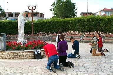 bowing to mary statue